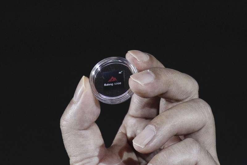 2019年1月24日,中國電信業鉅子華為公布首款5G晶片巴龍。(AP)