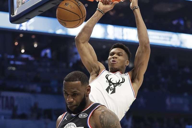 NBA今年明星賽由詹姆斯(下)率領的球隊,逆轉字母哥(上)率領的球隊。(美聯社)