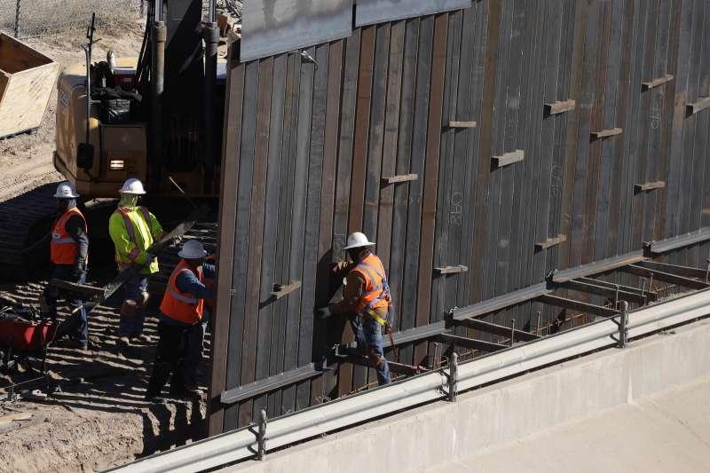 為蓋牆宣布國家緊急狀態:美國德州艾爾帕索郡與墨西哥交界處正在設置新的鋼鐵牆面(AP)