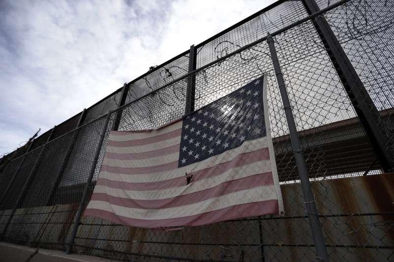 為蓋牆宣布國家緊急狀態:美國德州艾爾帕索郡邊境隔離網上的美國國旗(AP)