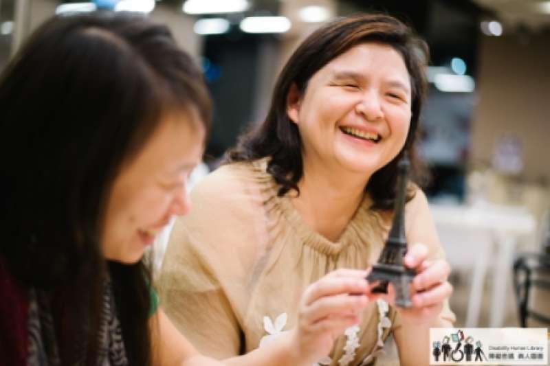 陳南廷說,每個人都有感官感受世界,她雖然看不到,但可以用觸覺、嗅覺、聽覺、感覺感受所在地的氛圍,「每個地方的空氣聞起來都不一樣」。(圖/取自障礙密碼 真人圖書 網站)