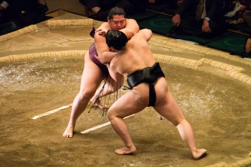 相撲是日本的國技,更是集合力與美的運動,這項古老的運動至今仍吸引世界各地的人們前來觀賽。(圖/ Gregg Tavares@flickr)