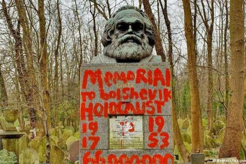 位於倫敦海格特公墓(Highgate Cemetery)內的馬克思墓遭噴紅漆破壞。(德國之聲)
