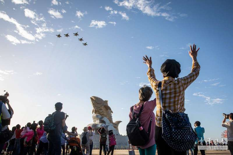 2019台灣燈會19日晚間將在屏東東港大鵬灣正式登場,空軍派出5架IDF戰機,以編隊衝場方式通過主燈「巨鮪來富」上空,展示戰力同時也能共襄盛舉。(取自青年日報臉書)