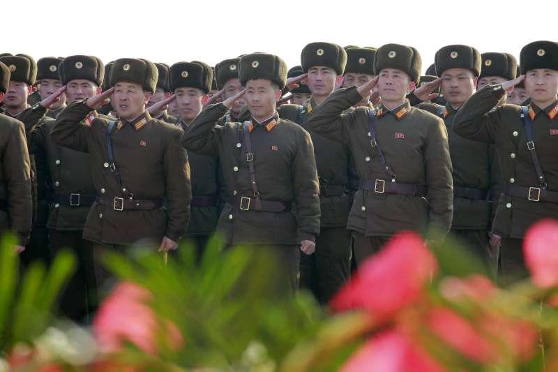 駐韓美軍司令艾布蘭直言,北韓對美國與南韓盟邦仍具威脅,圖為北韓軍人在金正日冥誕時敬禮致意(AP)