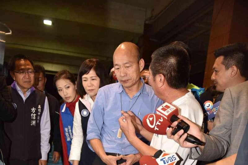 和平、發財、正義和名分,台灣人心中所求也有優先順序的。圖為韓國瑜夜宿、訪視彌陀漁村(高雄市政府提供)