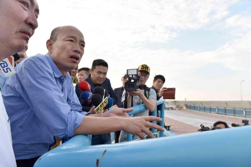 高雄市長韓國瑜在海洋局長趙紹廉和漁會幹部的陪同下,分別巡訪魚市場、養殖池以及周圍漁港建設。(圖/徐炳文攝)