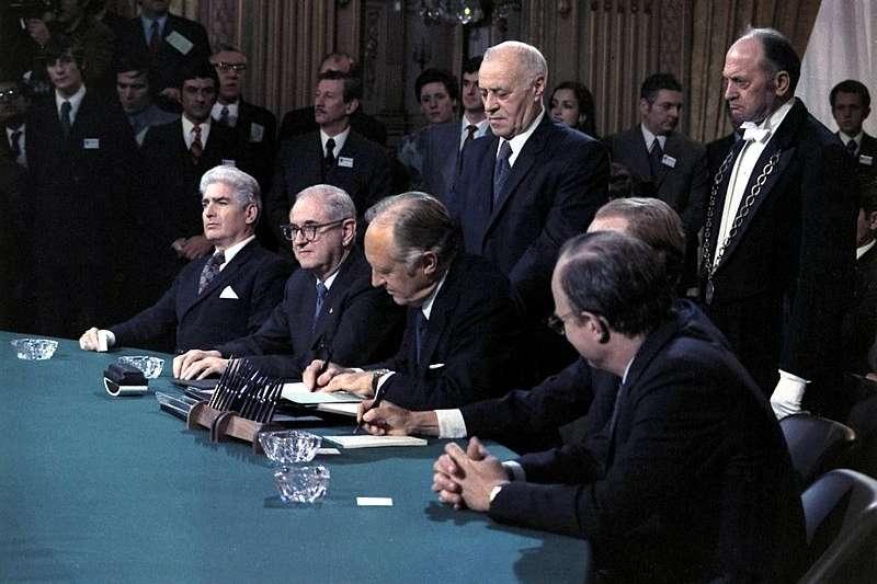 1973年,北越也曾跟美國簽訂巴黎和平協定,結束越戰。但當美軍依約從南越撤離之後,北越軍隊立刻展開攻擊,迅速赤化了整個南越,建立了一個專制極權的共產國家。(圖/Knudsen, Robert L. (Robert LeRoy) @ wikimedia commons)