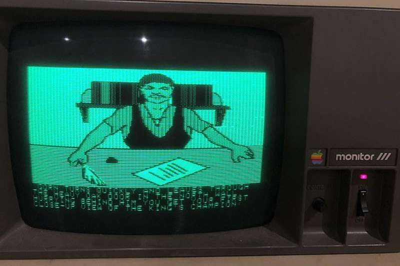 美國紐約的大學教授普法夫(John Pfaff)發現 30 年蘋果電腦竟還能用。(圖/翻攝自推特)
