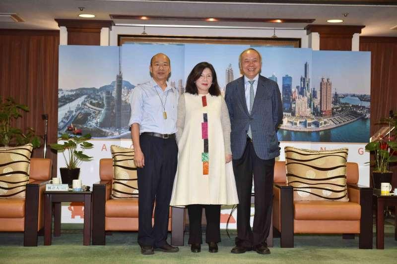 高雄市長韓國瑜(左)邀請知名換肝權威陳肇隆召開醫療觀光記者會,協助推廣國際醫療,認為要成為一級城市,一級醫療不可缺。(高雄市政府提供)