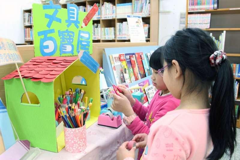 新北市立圖書館石門分館特別為陪讀學童準備「文具百寶屋」,讓小朋友可以開心寫作業。 (圖/新北市立圖書館提供)