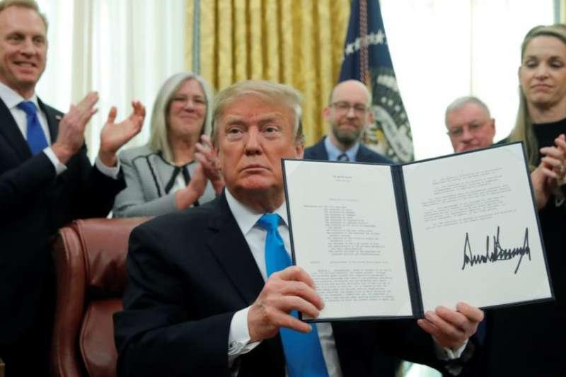 美國總統川普在白宮橢圓形辦公室展示了「第4號太空政策令」。