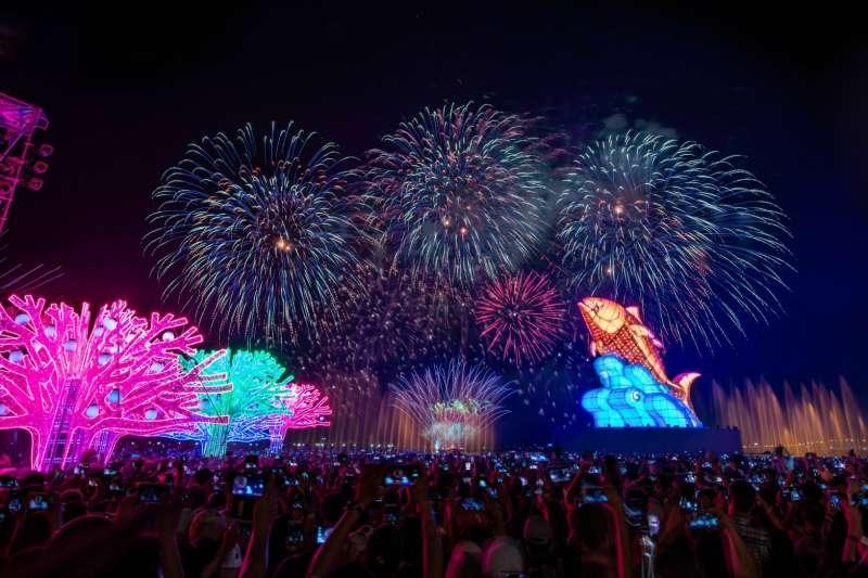 台灣燈會,主燈「巨鮪來富」運用鋼骨及30萬顆蚵殼,打造15米高的新住民藝術主燈,突破傳統,跳脫以往生肖年設計,以黑鮪魚乘風躍浪之姿,展現台灣生命力。(屏東縣政府提供)