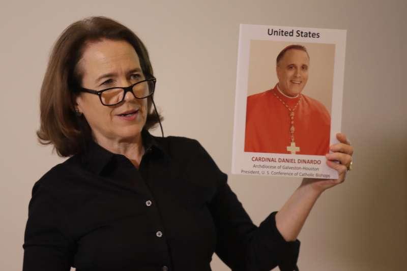 美國監督天主教神職人員不當行為的非營利組織「主教之責」(BishopAccountability.org)聯合主任道爾19日拿著美國主教團主席迪納多的照片,迪納多被控包庇性侵兒童的神父(美聯社)