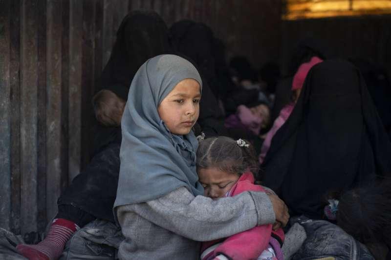 恐怖組織伊斯蘭國分崩離析,困於敘利亞東部的兒童坐上貨車,被疏散到他處。(AP)