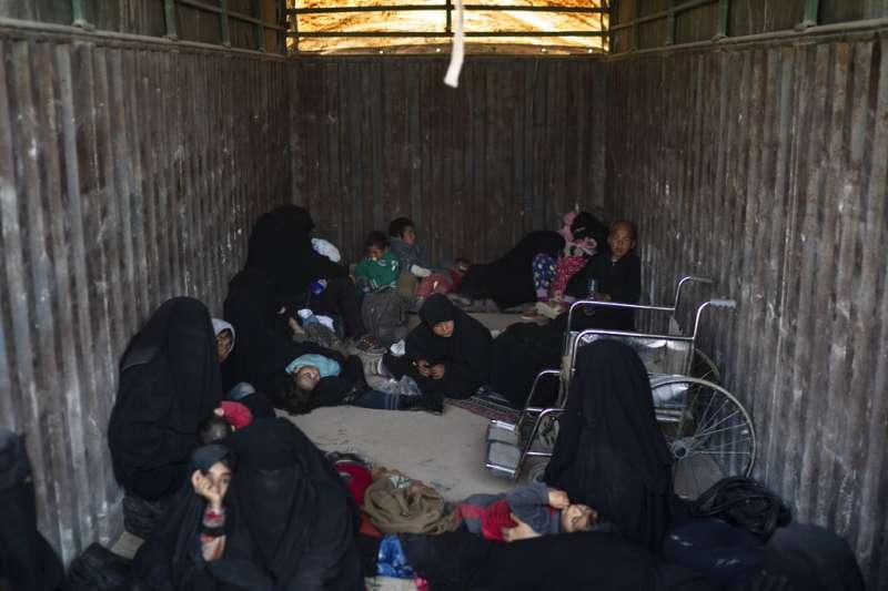 恐怖組織伊斯蘭國分崩離析,困於敘利亞東部的兒童與女性坐上貨車,被疏散到他處。(AP)