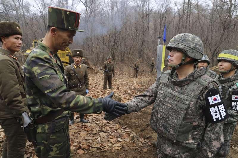 二次川金會將登場:南北韓軍人在非軍事區握手致意(AP,資料照)