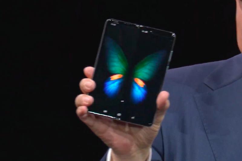在三星於舊金山舉辦的10週年新品發表會上,萬眾矚目的折疊手機Galaxy Fold終於亮相,創下歷史性的一刻,但售價也創下「歷史新高」。(圖/取自Samsung YouTube)