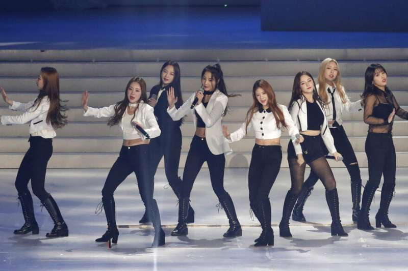 2019年2月9日,南韓偶像團體Momoland在平昌奧運周年慶典上表演。(AP)