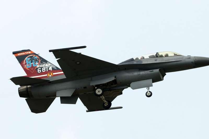 20190221_空軍戰機出狀況後特檢完,會由高階幹部如聯隊長(甚至司令)執行復飛後同乘任務,以身作則凝聚向心力;2013年F-16失事,特檢結束後,空軍司令劉震武上將親自復飛。圖為F-16示意圖。(資料照,蘇仲泓)