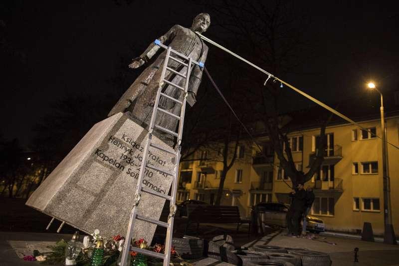 2019年2月21日,波蘭北部大城格但斯克(Gdansk)的抗議者拉倒性侵神父揚科夫斯基(Henryk Jankowski)的雕像(AP)