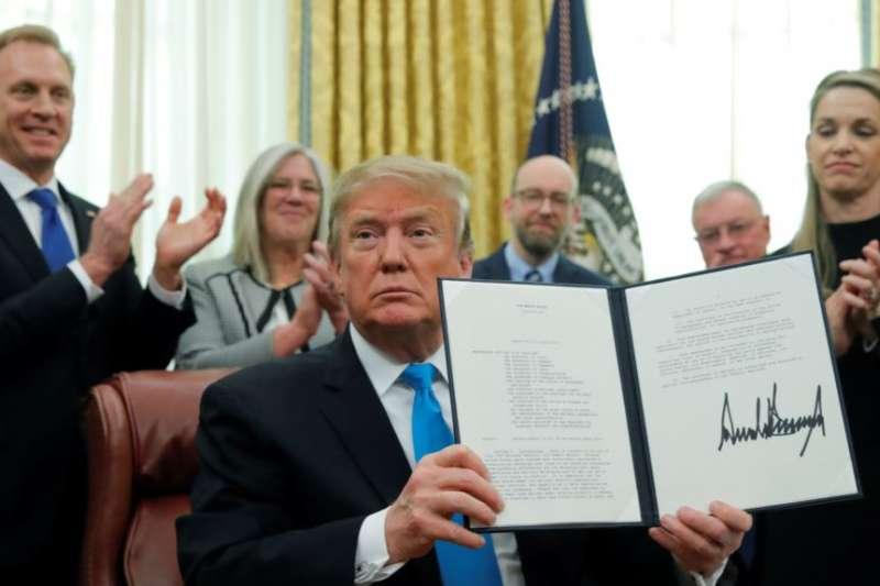 美國總統川普在白宮橢圓形辦公室展示了「第4號太空政策令」。(2019年2月19日)