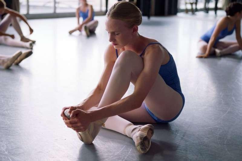 15歲的「她」一邊苦練芭蕾舞,一邊面對自己的性別轉變。(圖/IMDb)