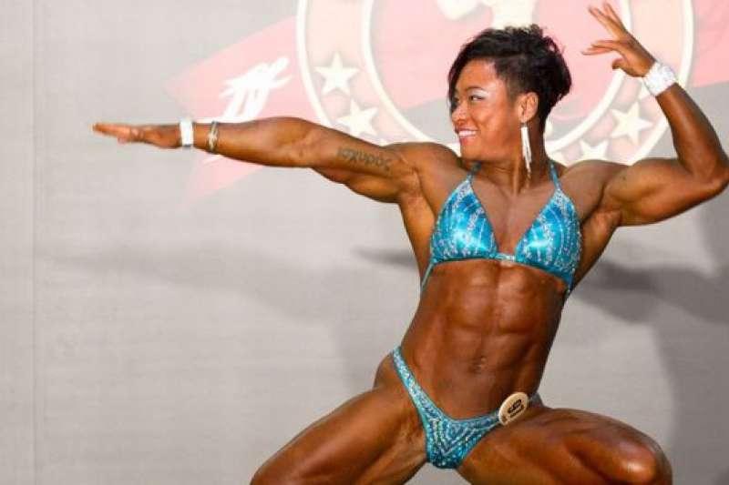 穿上比基尼參加健美比賽,是小風要衝破的一個關口。(BBC中文網)