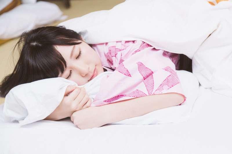 半夜醒來就睡不著是怎麼回事?(示意圖/pakutaso)