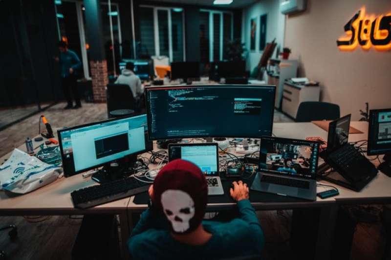 網路攻擊無所不在,企業不得不時時做好準備。(Photo by Arian Darvishi on Unsplash)