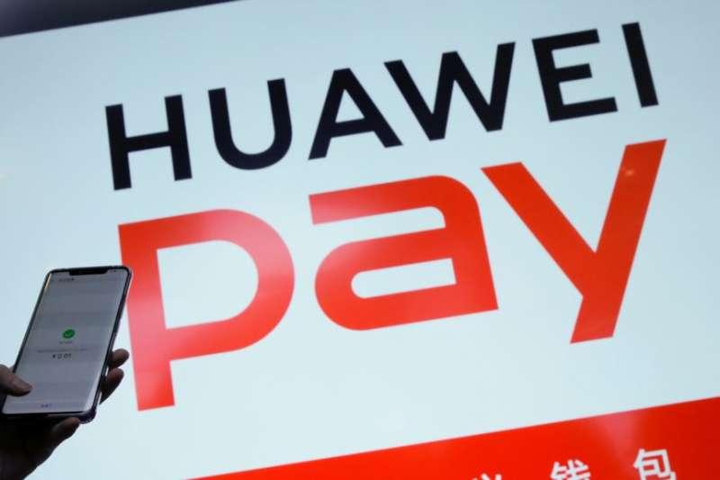 華為公司一名工作人員在2019年1月24日北京舉行的華為5G產品發布會上顯示其手機支付系統。(美國之音)