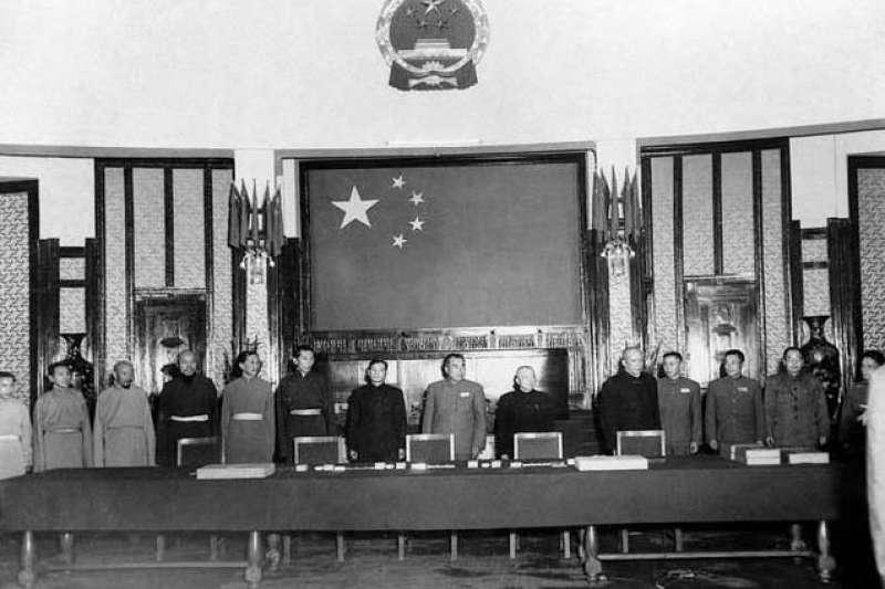 1951年中國政府與西藏政府在北京簽訂《中央人民政府與西藏地方政府關於和平解放西藏辦法的協議》。(圖/維基百科)