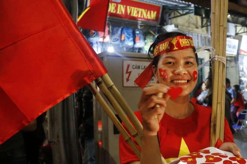 2019年1月23日,越南足球隊在亞足聯U-23錦標賽表現亮眼,河內街頭出現不少販賣國旗貼紙的攤販。(AP)