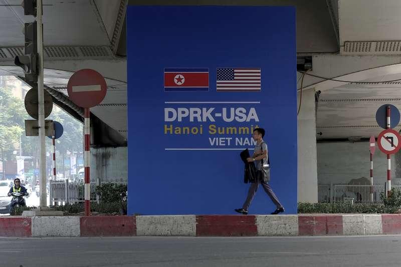 2019年2月27日、28日,美國總統川普與北韓領導人金正恩在越南河內舉行二次峰會,河內街頭充滿北韓與美國國旗。(AP)