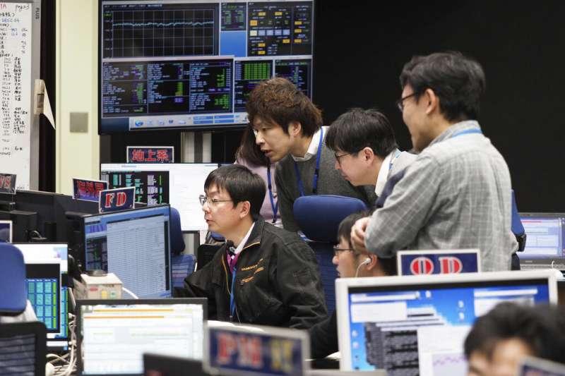 日本宇宙航空研究開發機構(JAXA)的成員正在聚精會神觀看「隼鳥2號」的狀況。(美聯社)