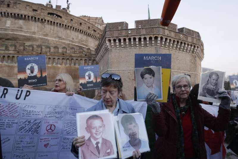 2019年2月21日,梵諦岡舉行「保護教會未成年人」高峰會,一群天主教教士性侵受害者在羅馬發起示威。(AP)