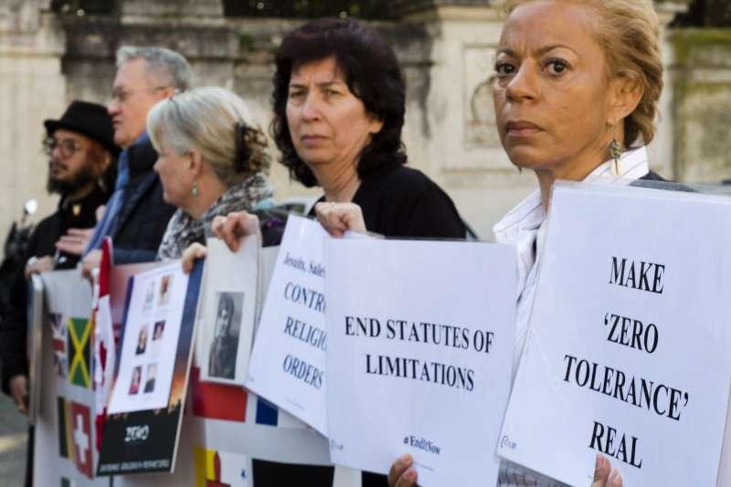 2019年2月21日,天主教教士性侵受害者聚集梵諦岡呼籲教宗重視教會性侵問題,落實性侵零容忍。(AP)