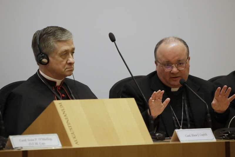 2019年2月21日,馬爾他區大主教希克魯納(右)在會後記者會回答媒體的提問。(AP)