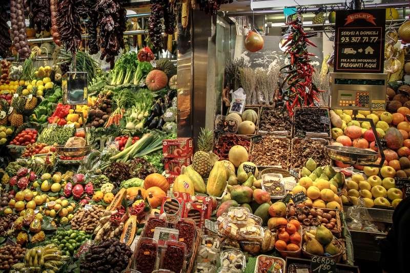購買蔬果時,要怎麼樣才能夠買到農藥殘留量較低的農產品呢?(圖/PxHere)