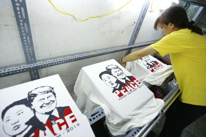 第二次川金會將在2月27日登場,廠商連忙趕製印有兩人頭像的T恤。(美聯社)