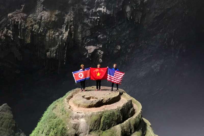 在越南廣平省進行山洞探險的登山客也特地戴上美、朝、越三國國旗,預祝川金會和平進行。(美聯社)