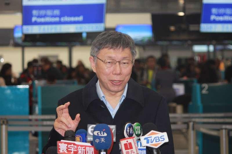 20190223-台北市長柯文哲晚間啟程出訪以色列,他身穿一襲黑大衣現身機場。(方炳超攝)