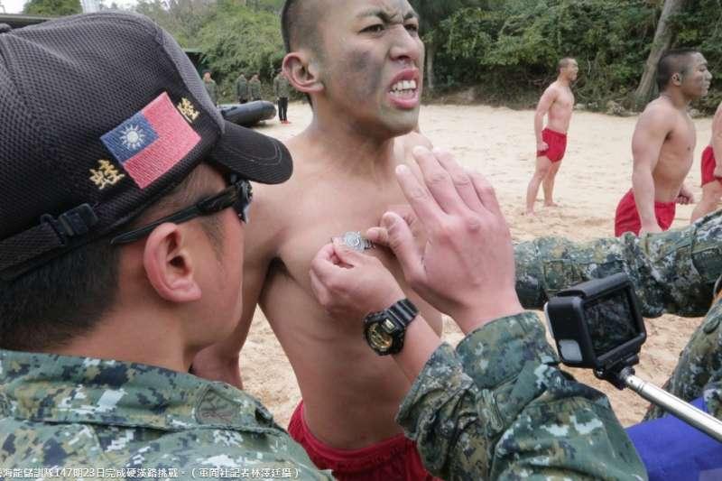 海龍蛙兵近日正執行期末鑑測,當幹部頒發代表通過考驗的胸章給學員時,直接「釘」在胸前的舉動,展現出屬於特種部隊的硬派作風。(取自軍聞社)