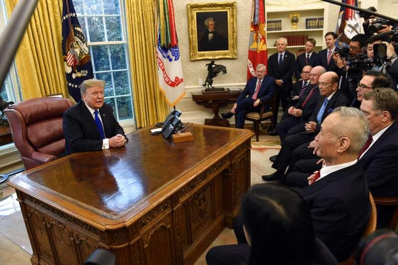 20190222美國總統川普22日在白宮橢圓形辦公室,與赴美參與磋商的中國國務院副總理劉鶴會面。(AP)