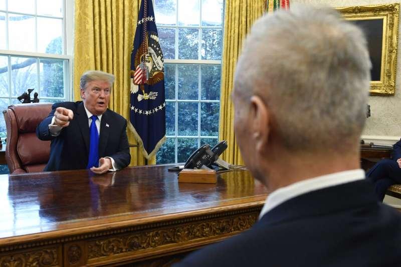 美國總統川普22日在白宮橢圓形辦公室,與赴美參與磋商的中國國務院副總理劉鶴會面。(AP)