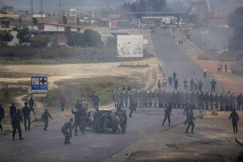 委內瑞拉軍方封鎖與巴西鄰接的邊境,阻止物資進入委國。(AP)