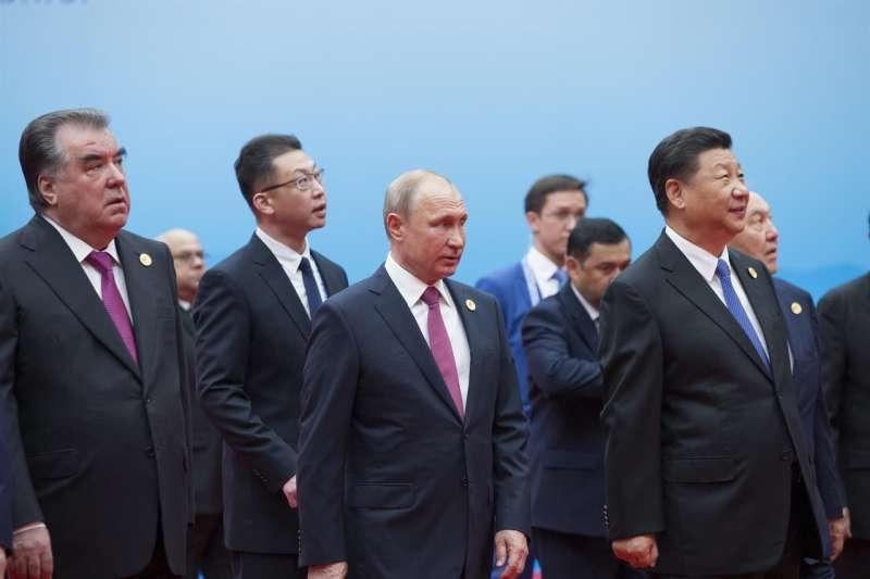 塔吉克總統拉蒙(左)、俄羅斯總統普京(中)與中國國家主席習近平出席2018年上合組織峰會(AP,資料照)