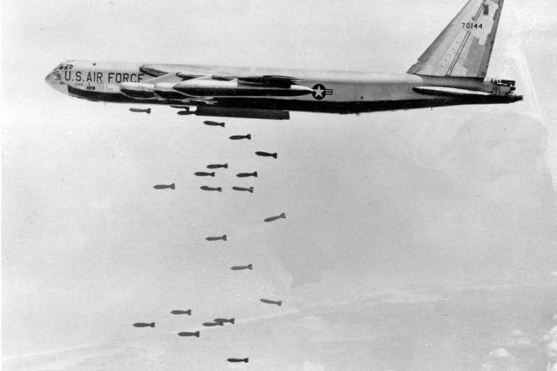 麥納馬拉相關回憶錄提到,初接觸越南議題時,國防部與國務院「缺乏」熟悉東亞與中國問題官員,華府亦「沒有」可供諮詢專家,反映出美國政府對華人極不信任。圖為越戰期間,美軍B-52轟炸機轟炸越南。(資料照,AP)
