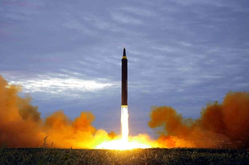 2017年8月29日,北韓試射「火星-12型」洲際彈道飛彈(AP)