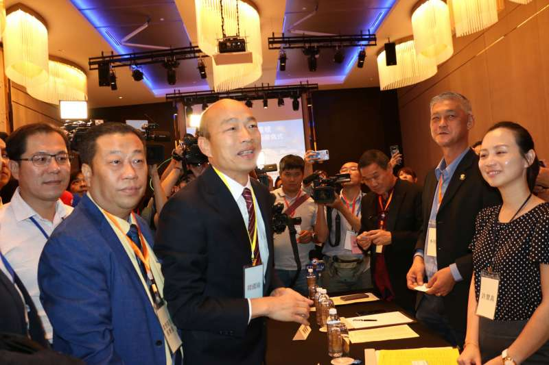 高雄市長韓國瑜(左四)大馬行首簽1億元新台幣的農漁乾貨訂單。(高雄市政府提供)